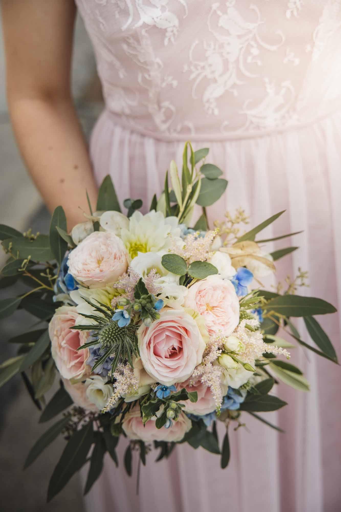 Brautstrauß mit Hochzeitskleid
